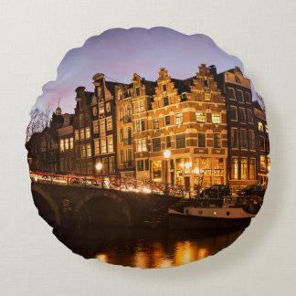 Maisons de canal d'Amsterdam au coussin rond de