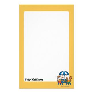 Maisy écrit des cartes postales sous le parapluie
