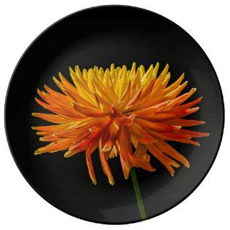 Maman jaune et orange d'araignée sur le noir assiette en porcelaine
