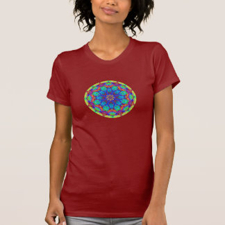 Mandala en verre souillé sur le T-shirt rouge