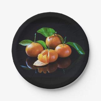 Mandarines sur un arrière - plan noir assiettes en papier