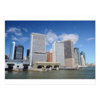 Manhattan a regardé de l'eau carte postale