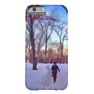 Marche sous un coucher du soleil d'hiver coque iPhone 6 barely there
