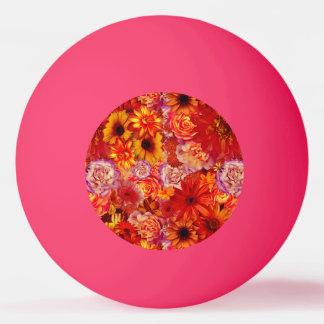 Marguerites d'un rouge ardent riches de bouquet balle tennis de table
