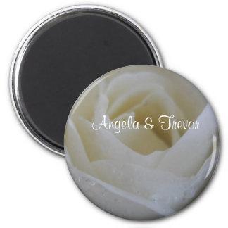 Mariage de rose blanc magnet rond 8 cm