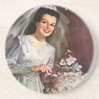 Mariage vintage, jeune mariée coupant le gâteau de dessous de verres