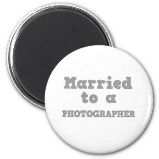 MARIÉ À UN PHOTOGRAPHE MAGNET ROND 8 CM