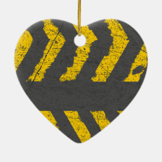 Marquage routier jaune affligé par grunge ornement cœur en céramique