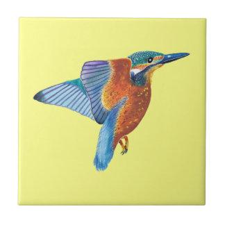 Martin-pêcheur en vol sur la tuile décorative jaun carreaux en céramique