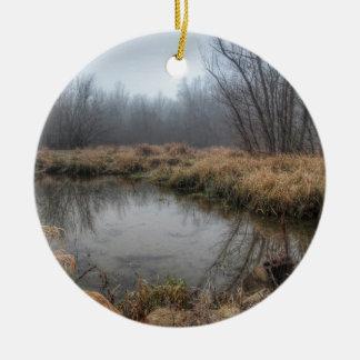 Matin brumeux à un marais ornement rond en céramique