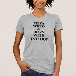 Mauvaise herbe et garçons de pizza avec le T-shirt