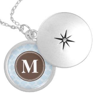 Médaillon Avec Fermoir Motif décoré d'un monogramme de treillis de bleus