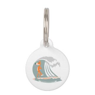 Médaillon Pour Animaux Fox se tenant sur une planche de surf