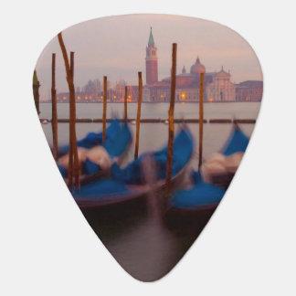 Médiators L'Italie, Venise. Gondoles ancrées au crépuscule