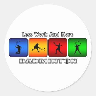 Moins de travail et plus de badminton sticker rond