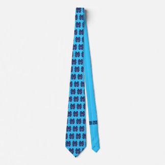 Mona étaye la cravate de lycée