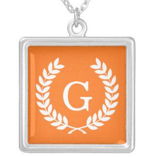 Monogramme blanc d'initiale de guirlande de laurie pendentif