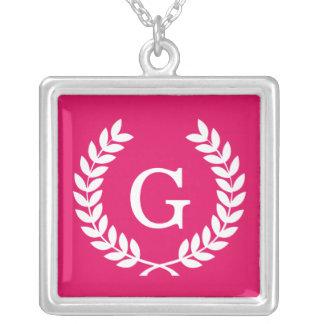Monogramme blanc d'initiale de guirlande de laurie collier