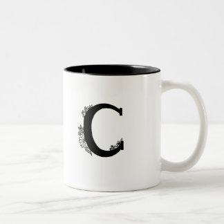 Monogramme de C dans la tasse de jardin