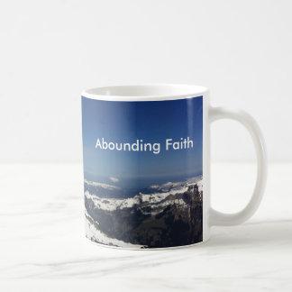 Montagne de abondance de tasse de foi