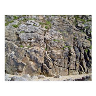 Montagne rocheuse avec la texture d'herbe carte postale