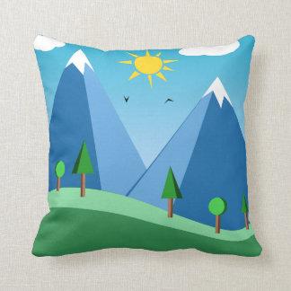 Montagnes et carreau heureux de scène d'arbres coussin