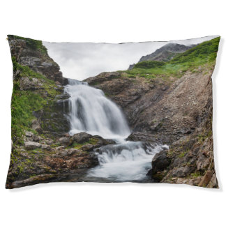 Mooie waterval in bergketen hondenbedden