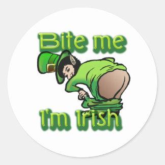 Mordez-moi. Je suis irlandais Sticker Rond