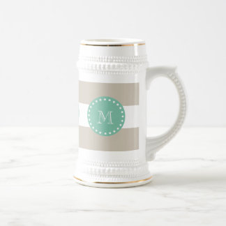 Motif beige de rayures, monogramme vert en bon chope à bière