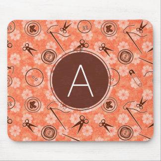 Motif de couture rouge-brun avec le monogramme tapis de souris