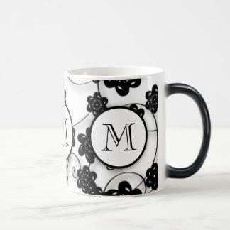 Motif de fleurs noir mignon de mod, votre initiale mug magique