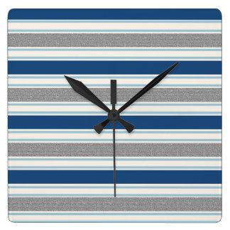 Motif de gris argenté à la mode et de rayures horloge carrée