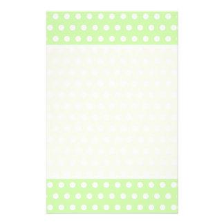 Motif de point vert et blanc de polka. Tacheté Prospectus 14 Cm X 21,6 Cm