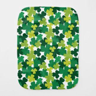 Motif de shamrock de bébé du jour de St Patrick Linges De Bébé