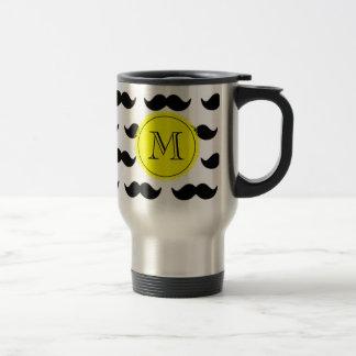 Motif noir de moustache, monogramme jaune mug de voyage en acier inoxydable