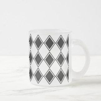 motif noir et blanc de diamant de harlequin tasse givré