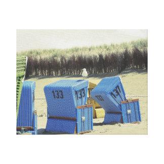 Mouette sur le panier de plage comme toile