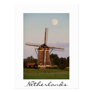 Moulin à vent sous une carte postale de blanc de