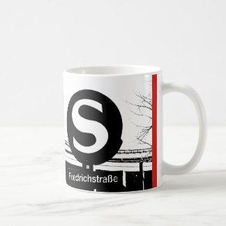 Mug BERLIN Friedrichstrasse_01.01.3.T_G_illu, S-Bahn