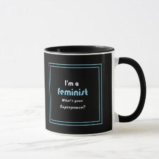 Mug Blanc féministe de slogan de la superpuissance sur