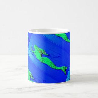 Mug bleu de natation de sirène verte