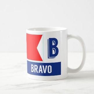 """Mug Bravo nautique de l'alphabet """"B"""" de drapeau"""