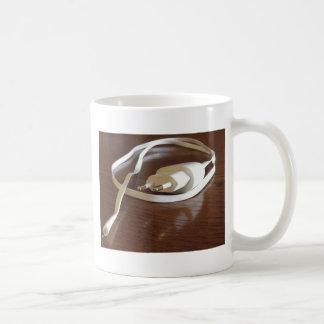 Mug Chargeur blanc de smartphone sur la table en bois