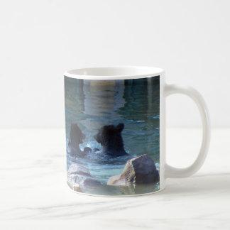 Mug Classeur de natation de partie d'ours gris