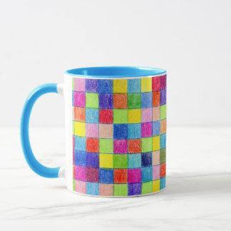 Mug Coloré dans des carrés de papier de graphique