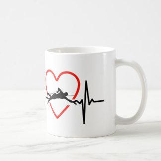 Mug conception de battement de coeur de natation