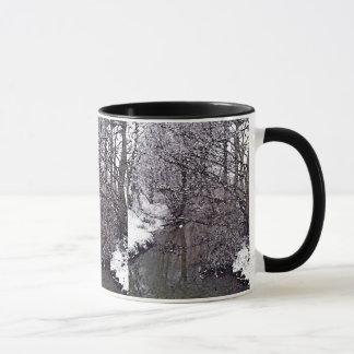 Mug Courant de région boisée dans la neige
