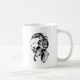 Mug Crâne utilisant l'écouteur
