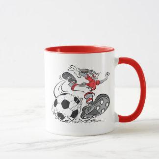 Mug ™ de BUGS BUNNY jouant au football