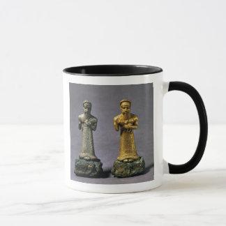 Mug Deux statuettes des hommes portant des offres des